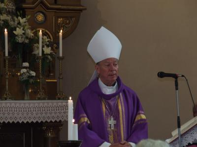 Püspök atya gyászmisét mond