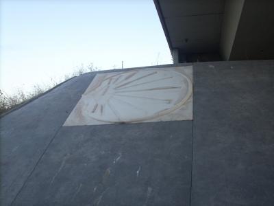 autópálya támfalába épített caminos kagyló