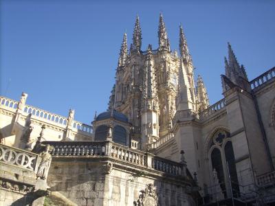 A Burgosi katedrálist gótikus stílusban építették,de a más stílusjegyeket is őriz