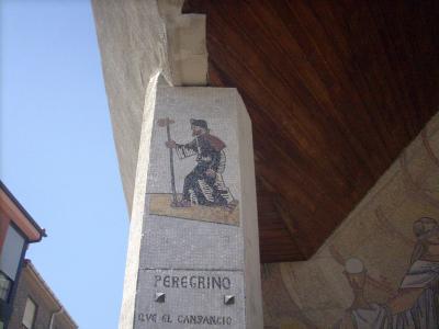 Astorga/21.sz.templom tartópilléren egy zarándokot ábrázoló kép/